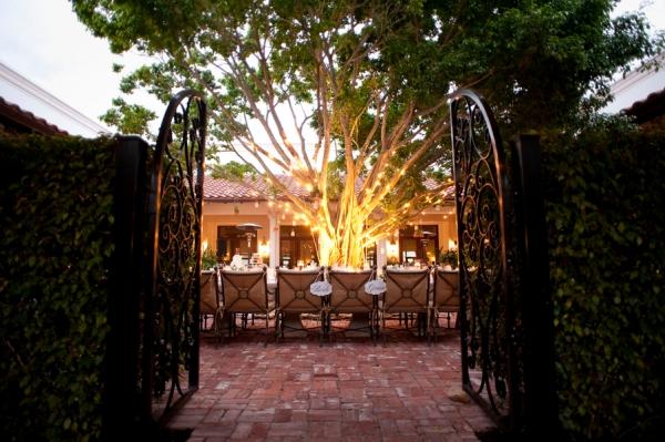 botanicals-on-th-gulf-naples-estero-florida-florist-wedding-flowers-stephanie-a-smith-photography-reception-outside