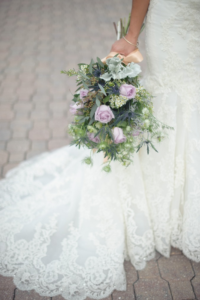 botanicals-on-the-gulf-styled-shoot-luminaire-foto-jet-set-wed-florida-miromar-lakes-bouquet-purple