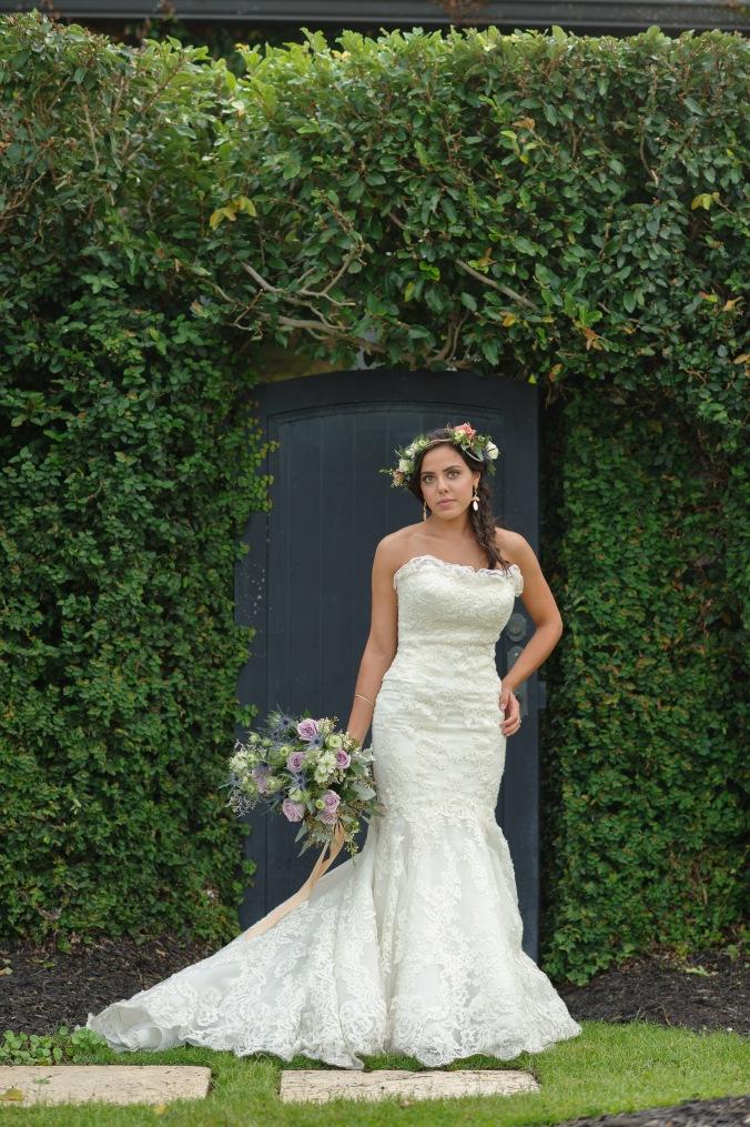 botanicals-on-the-gulf-styled-shoot-luminaire-foto-jet-set-wed-florida-miromar-lakes-green-wall