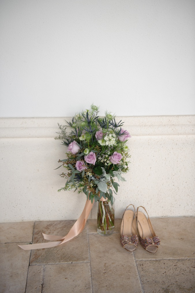 botanicals-on-the-gulf-styled-shoot-luminaire-foto-jet-set-wed-florida-miromar-lakes-bouquet-shoes