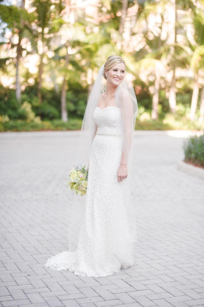 botanicals-on-the-gulf-florida-destination-wedding-flowers-marco-island-luminaire-foto-bride