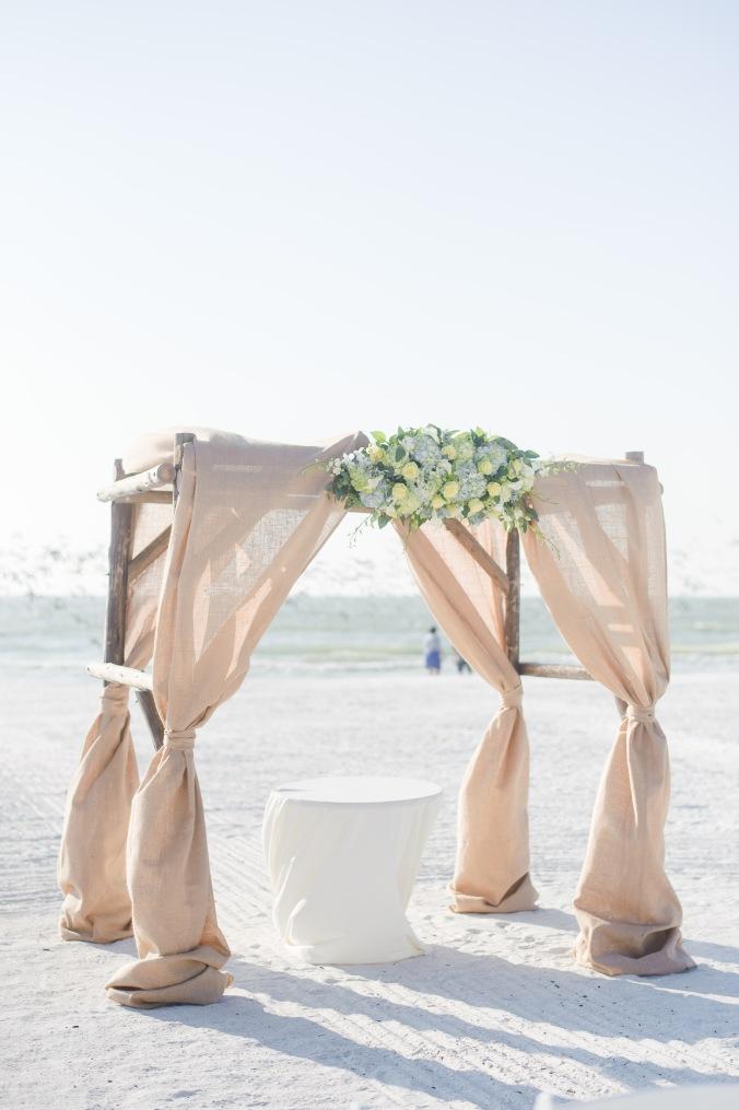 botanicals-on-the-gulf-florida-destination-wedding-flowers-marco-island-luminaire-foto-ceremony-arbor