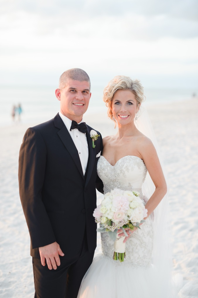 botanicals-on-the-gulf-florida-wedding-luminaire-foto-la-playa-naples-bride-groom-beach