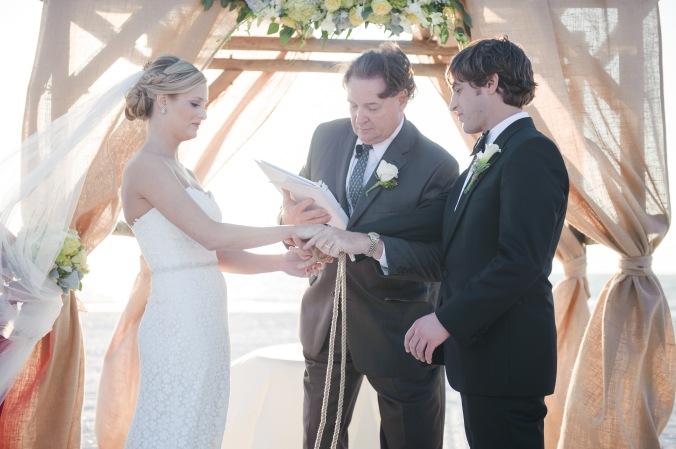 botanicals-on-the-gulf-florida-destination-wedding-flowers-marco-island-luminaire-foto-ceremony-couple