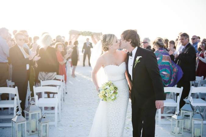 botanicals-on-the-gulf-florida-destination-wedding-flowers-marco-island-luminaire-foto-ceremony-bride-groom