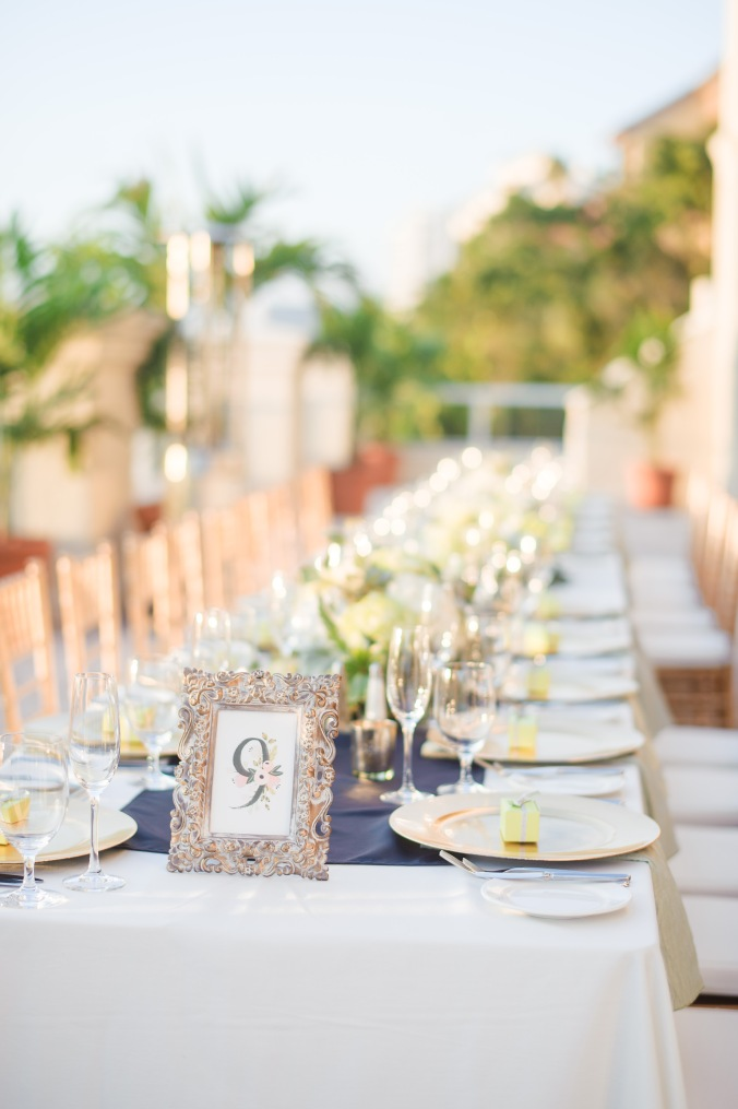 botanicals-on-the-gulf-florida-destination-wedding-flowers-marco-island-luminaire-foto-reception-long-table