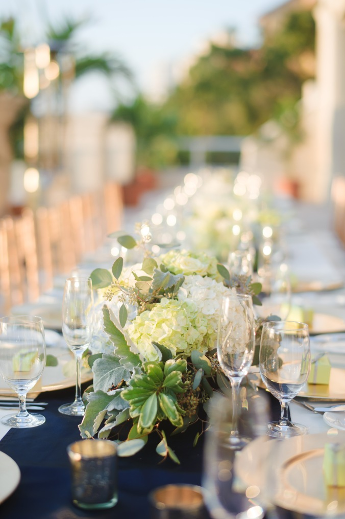 botanicals-on-the-gulf-florida-destination-wedding-flowers-marco-island-luminaire-foto-table-reception-outdoor