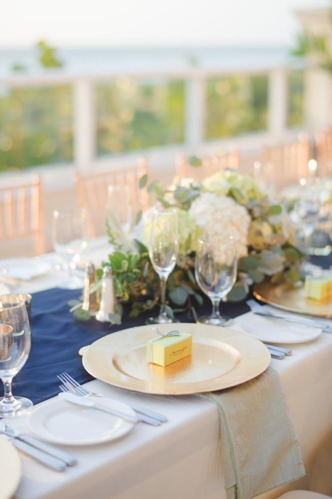 botanicals-on-the-gulf-florida-destination-wedding-flowers-marco-island-luminaire-foto-centerpiece-flowers