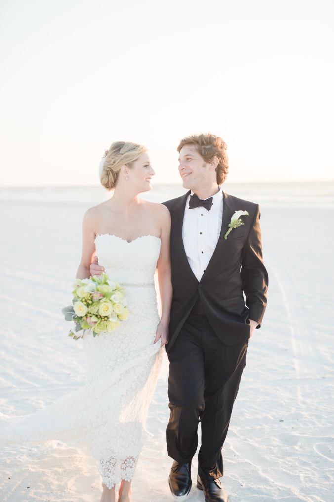 botanicals-on-the-gulf-florida-destination-wedding-flowers-marco-island-luminaire-foto-couple-beach
