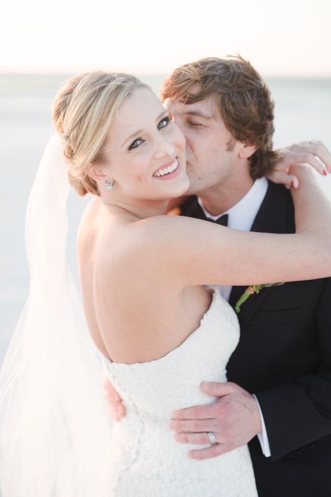 botanicals-on-the-gulf-florida-destination-wedding-flowers-marco-island-luminaire-foto-bride-groom-beach-florida
