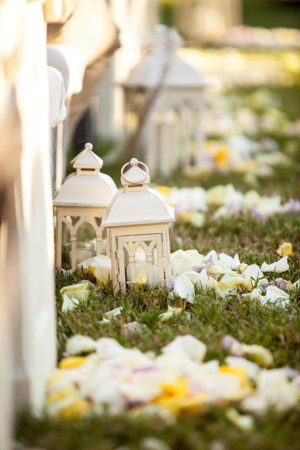 botanicals-on-the-gulf-flowers-jamie-lee-photography-florida-wedding-destination-lanterns-ceremony-white