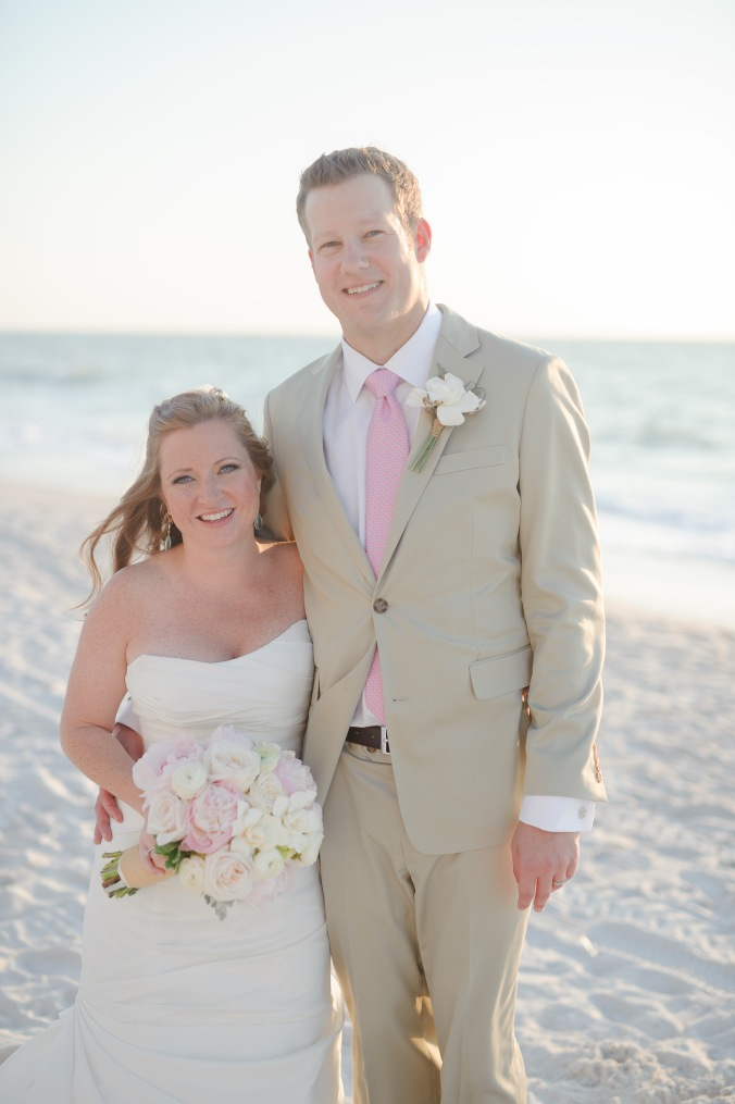 botanicals-on-the-gulf-florida-flowers-naples-wedding-destination-luminaire-foto-couple