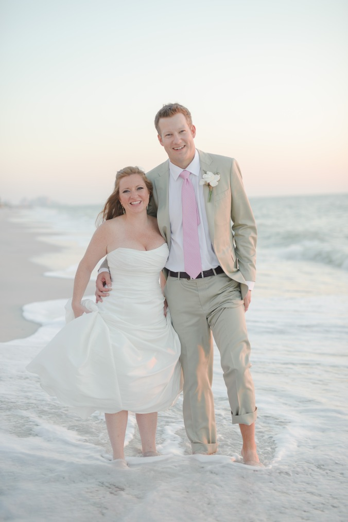 botanicals-on-the-gulf-florida-flowers-naples-wedding-destination-luminaire-foto-beach-couple